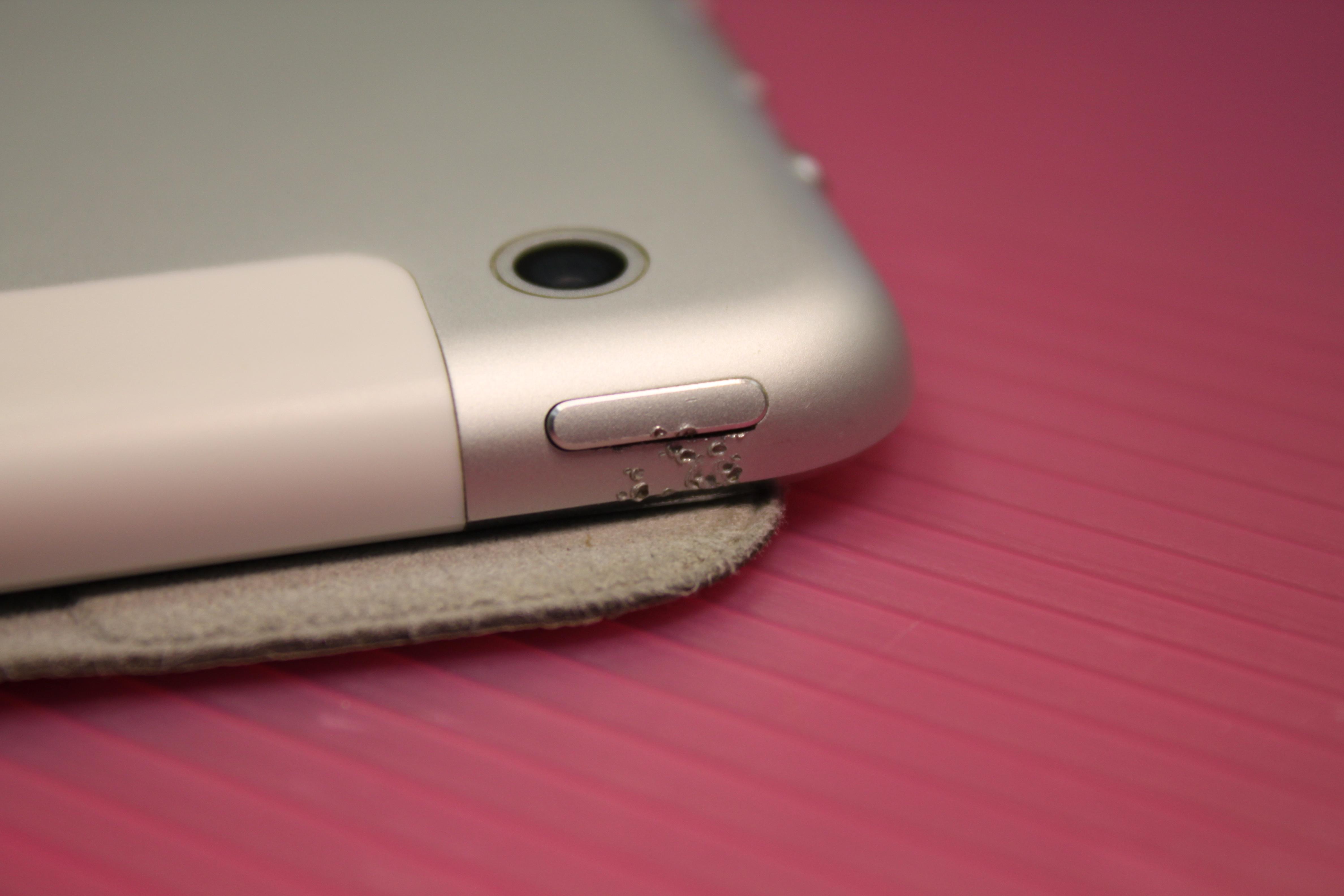 Выпрямление корпуса iPad в районе кнопки включения